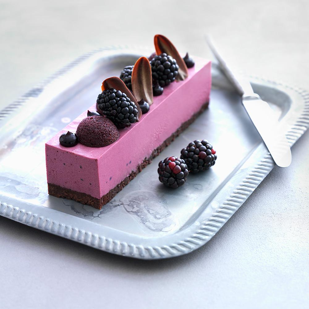 Cheesecake med skogsbärsgelé, svartvinbärsmazarin och botten på chokladkex
